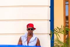 КУБА, ГАВАНА - 5-ОЕ МАЯ 2017: Мышечный кубинец перед зданием стоковое изображение rf
