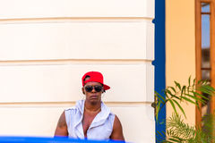 КУБА, ГАВАНА - 5-ОЕ МАЯ 2017: Мышечный кубинец перед зданием Стоковые Изображения RF