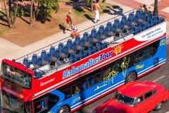КУБА, ГАВАНА - 5-ОЕ МАЯ 2017: Шина отклонения в улице города Конец-вверх Взгляд сверху Стоковые Фото