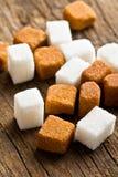 Кубики Брайна и белого сахара стоковое фото rf