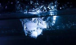 кубики вводя воду льда стоковое фото rf