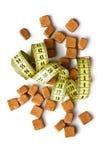 Кубики желтого сахарного песка и измеряя лента стоковые фото