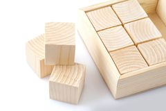 кубики изолировали белое деревянное стоковая фотография
