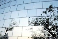 кубики крома отражают стену вала стоковая фотография