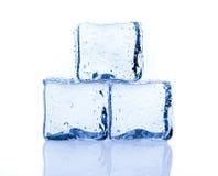 Кубики льда изолированные на белизне стоковая фотография