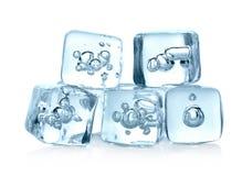 Кубики льда изолированные на белой предпосылке стоковые изображения