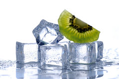 Кубики льда и киви стоковое фото rf