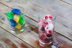 Кубики льда с голубикой и красной смородиной и цветастое стоковое изображение