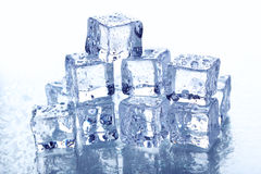 кубики морозят плавить стоковые фотографии rf