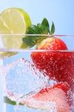 кубики морозят sparkly воду клубник стоковое фото rf