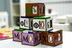 Младенец играя кубики стоковые фотографии rf