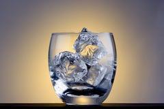 кубики опорожняют стеклянный льдед Стоковое Изображение