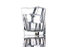 кубики опорожняют стеклянный льдед стоковые фотографии rf
