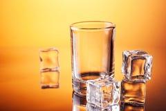 кубики опорожняют tumbler льда стоковые изображения rf