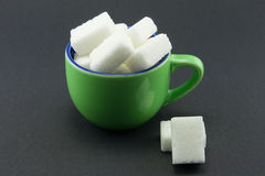 кубики придают форму чашки польностью зеленый сахар Стоковые Фото