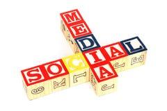 кубики сделали средствами социальные деревянные слова стоковое изображение