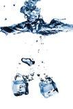 кубики упали вода выплеска льда Стоковые Фото