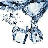 кубики упали вода льда Стоковая Фотография