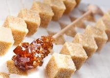 Кубики уточненного камышового коричневого цвета сахара и конфеты стоковые изображения rf