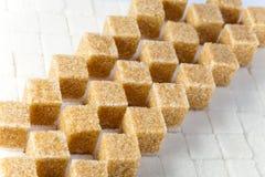 Кубики уточненного камышового сахара стоковое изображение