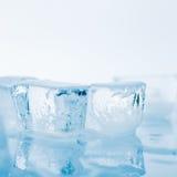 Кубики льда на белой предпосылке стоковое фото rf