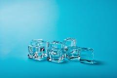 Кубики льда на сини стоковое фото rf
