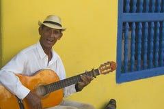 Кубинец играя гитару и поя стоковые фотографии rf