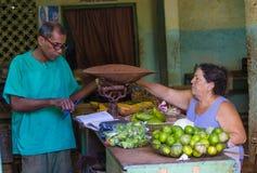 Кубинец приносить продавец стоковое изображение