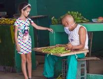 Кубинец приносить продавец стоковая фотография rf