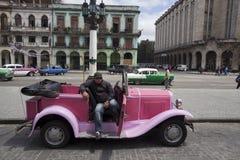 Кубинец с старым автомобилем стоковая фотография rf