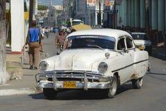 Кубинськая персона управляет винтажным американским автомобилем на улице Pinar del Rio, Кубы Стоковое фото RF