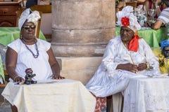 Кубинськая серия портрета, 2 женщины ` s orisha на touristic месте на улице, Ла Гаване, Кубе Стоковое Изображение RF