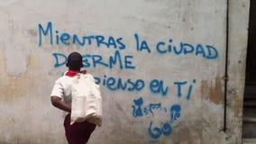 Кубинськие граффити чтения школьника в Гаване Кубе сток-видео