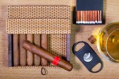 Кубинськие сигары на деревянном столе Стоковые Изображения