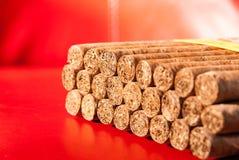 Кубинськие сигары на красной кожаной предпосылке Стоковое фото RF