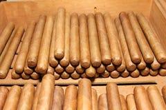 Кубинськие сигары над таблицей Стоковые Фотографии RF