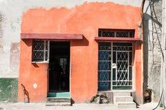 Кубинський дом с покрашенное внешнее по соседству к домам без краски стоковые фото