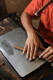 Кубинський ролик сигар делая его работу пока курящ Стоковое Изображение