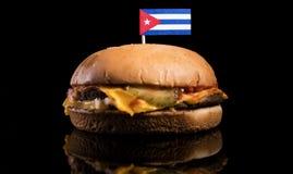 Кубинський флаг na górze гамбургера изолированного на черноте стоковые изображения