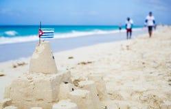 Кубинський Sandcastle с флагом страны в Кубе Стоковые Фотографии RF