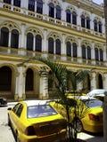 Кубинськое такси перед гостиницой Mercure Севильей - Гаваной, Кубой стоковые фотографии rf