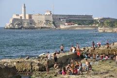 Кубинцы наслаждаясь морем, Гавана, Кубой стоковая фотография