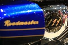 111 КУБИЧЕСКИЙ ДЮЙМ Надпись золота на двигателе элиты 2018 Roadmaster индейца мотоцикла голубой и черной Конец-вверх Стоковая Фотография RF