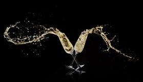 Кубки с вином шампанского брызгая вне стоковое изображение