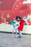 Кубок мира 2018 ФИФА Мексиканские вентиляторы с флагом сфотографировали на предпосылке знамени Стоковые Фотографии RF