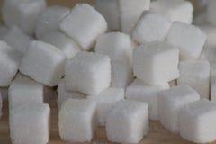 Кубы белого сахара на деревянном столе стоковая фотография