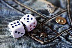 Кубы играя в джинсах, игрушке Стоковое Изображение