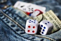 Кубы играя в джинсах, игрушке Стоковая Фотография RF