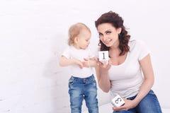 Кубы игры матери и дочери Стоковое Изображение RF