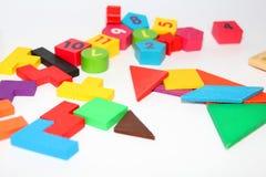 Кубы и диаграммы с номерами клали вне случайно на белую предпосылку стоковые фото